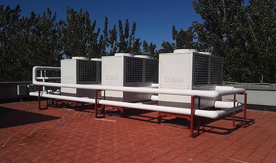 现设计复叠式空气源热泵取代锅炉作为采暖热源,管路和末端暖气片不变。由于原采暖管路主管道管径与空气源热泵机组流量不匹配,在不采取措施的情况下,流量不够,设备热量散不出来,很容易造成空气源热泵的高压保护,既影响采暖效果,还会降低设备的使用寿命,所以正旭公司经过研究决定,在空气源热泵机组和采暖末端之间增加缓冲水箱,使得原系统一分为二,主机与水箱为一个循环,水箱到达设定温度,主机停机;水箱与采暖末端又为一个循环,为室内提供热量;增加缓冲水箱后,不仅解决了空气源热泵会高压保护的问题,同时也提高了系统的节能性。